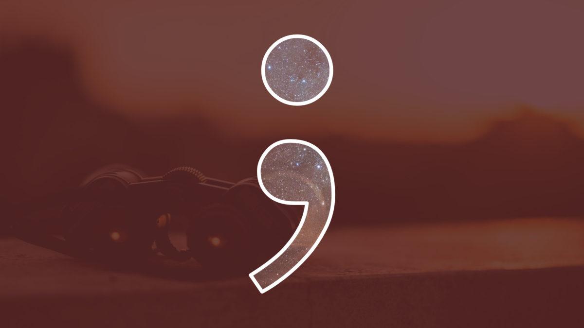 Semikolon Logo im Hintergrund ein Fernglas und entfernte Landschaft