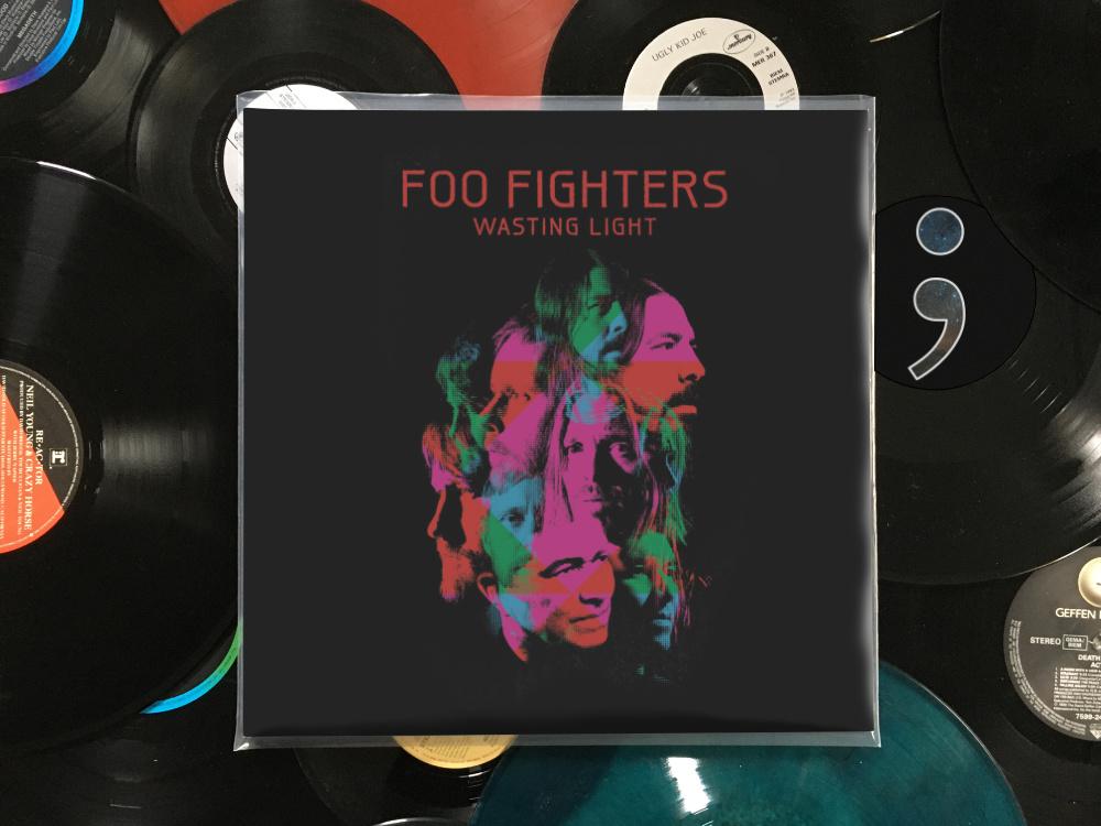 Schallplattenhülle Wasting Light von den Foo Fighters liegt auf losen Schallplatten